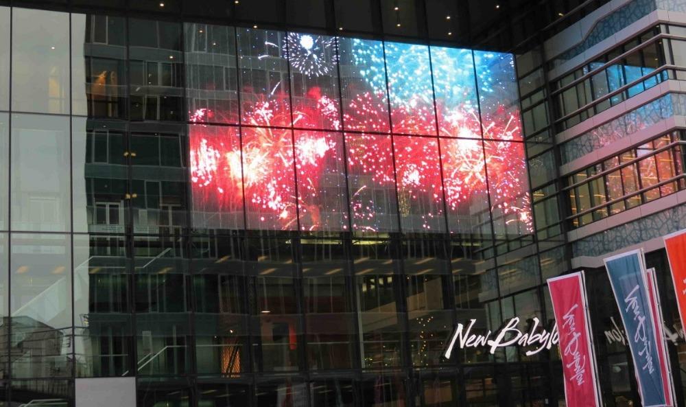 pantalla led trasnparente para escaparates de comercios, centros comerciales, screenad especialistas en pantallas de led transparentes.