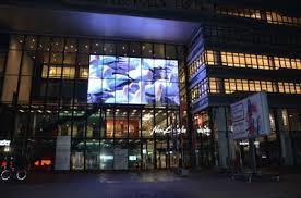 pantallas de led transparente la mejor manera de multiplicar tus ventas y repeticiones de venta con un formato innovador para poryectar mensajes e imágens publicitarias, atraer clientes y vender. Screenad especialista y líder de pantallas de led transparente en España.
