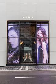pantalla de led transparente en Zara, el mejor formato para conseguir más ventas y mejorar la experiencia de compra. Screenad los especialistas en pantallas de led transparente en España
