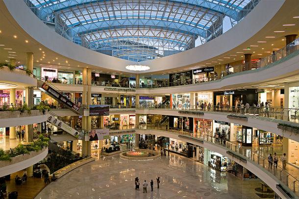 pantallas de led transparente para atraer y vender más en un centro comerical. Las tiendas de los centros comerciales deben llamar la atención de los usuarios y las pantallas de led transparente de SCREEAD, son la herramienta perfecta para atraer y vender, dentro de los centros comerciales
